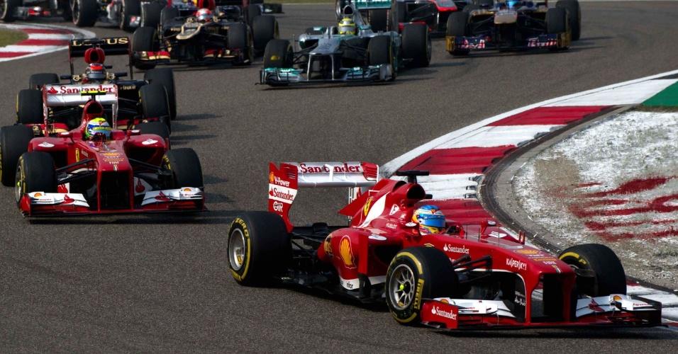 14.abr.2013 - Fernando Alonso e Felipe Massa aproveitaram a largada ruim de Kimi Räikkönen e ultrapassaram a Lotus do finlandês