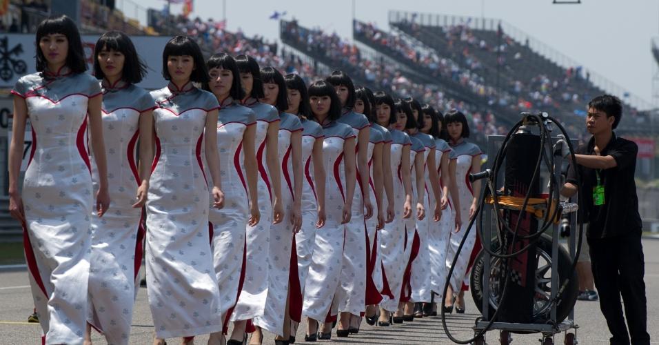 14.abr.2013 - Grid girls desfilam pelo circuito de Xangai antes do início do GP da China
