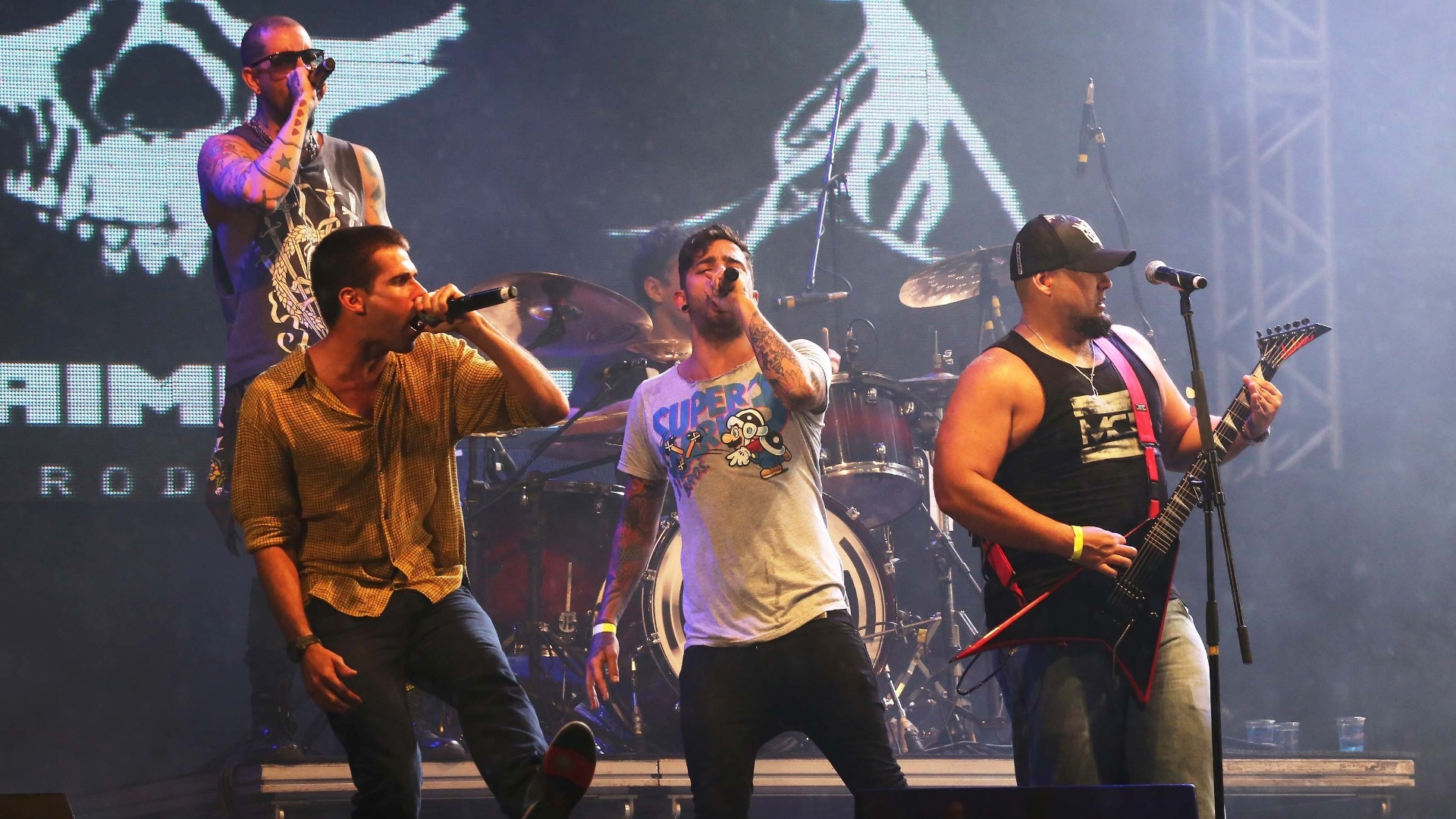 14.abr.2013 - Integrantes das bandas Fresno, Detonautas, Raimundos e ForFun participam de show em homenagem ao cantor Chorão no palco Nova Iguaçu do Viradão Carioca
