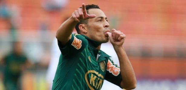 Léo Gago, volante do Palmeiras, comemora o primeiro gol da equipe no confronto contra o Guarani