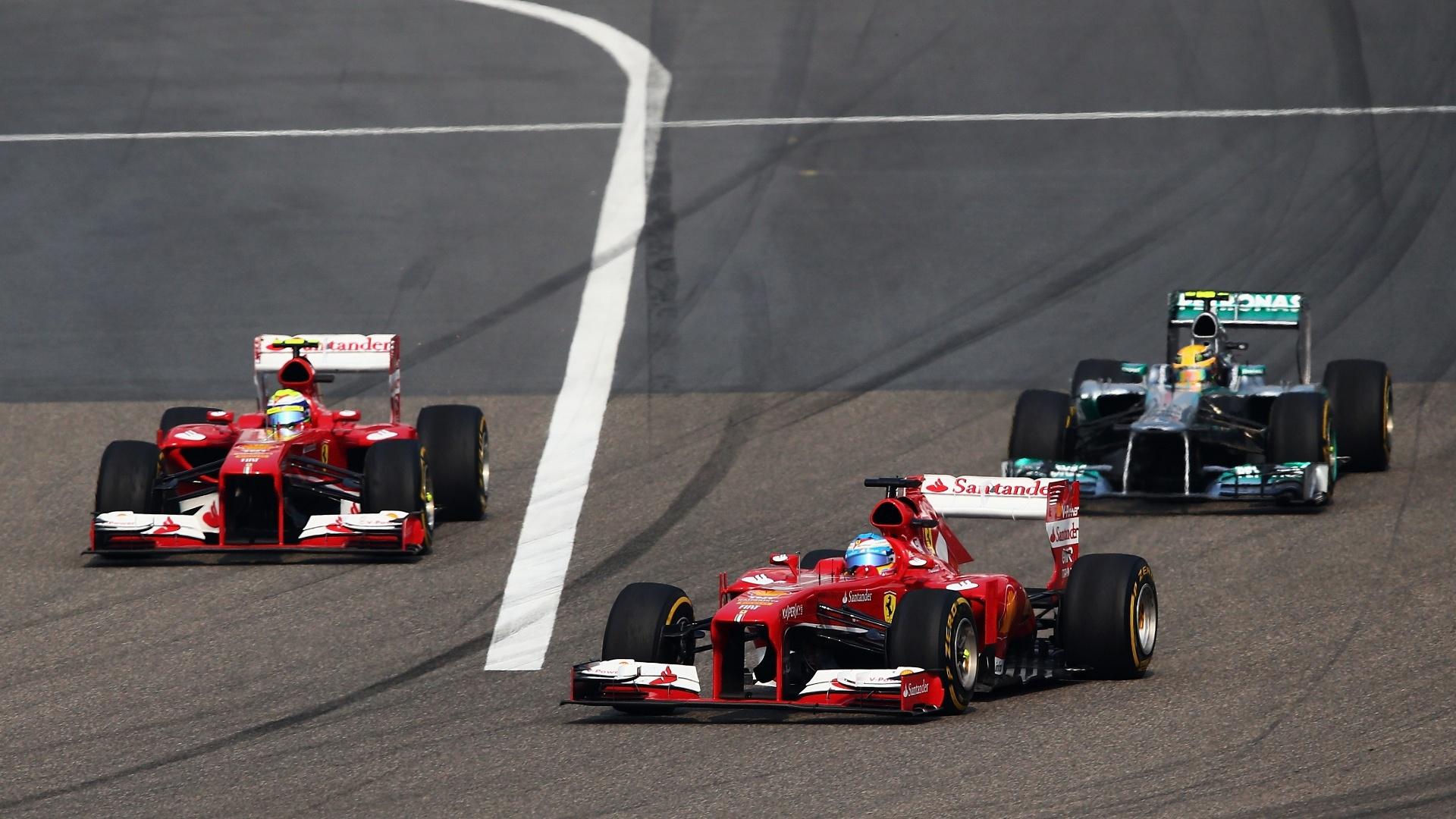 14.abr.2013 - Lewis Hamilton não suportou a pressão das Ferraris nas primeiras voltas do GP da China e foi ultrapassado por Fernando Alonso e Felipe Massa