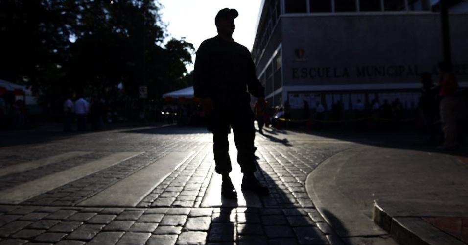 14.abr.2013 - Militar guarda ruas de Caracas neste domingo (14), dia de eleição presidencial na Venezuela