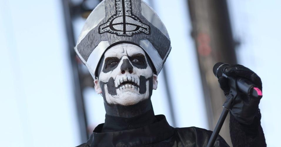 14.abr.2013 - Papa Emeritus da banda sueca de heavy metal Ghost BC se apresenta no terceiro dia do Coachella Music and Arts Festival em Indio, na Califórnia