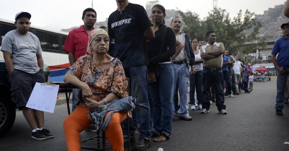 14.abr.2013 - Venezuelanos fazem fila pra votar em seção eleitoral de Caracas