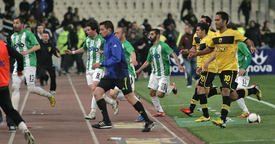 14.abril.2013 - Jogadores correm para o vestiário após invasão da torcida na Grécia