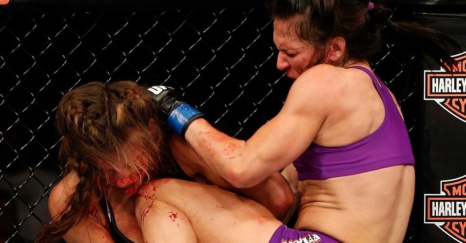 Cat Zingano acerta uma das joelhadas que deu sua vitória sobre Miesha Tate