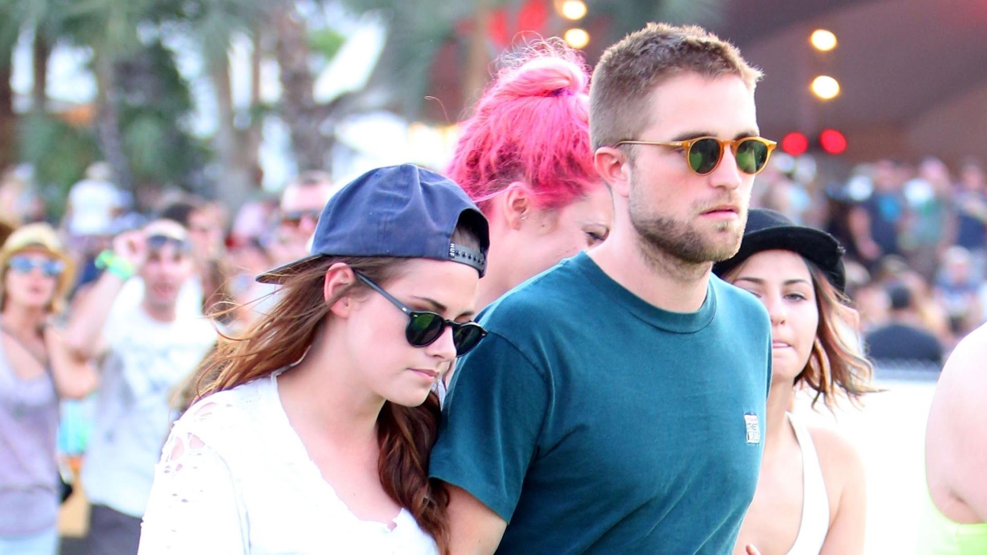 13.abr.2013 - O casal de atores Kristen Stewart e Robert Pattinson andam de mãos dadas no festival Coachella, nos Estados Unidos
