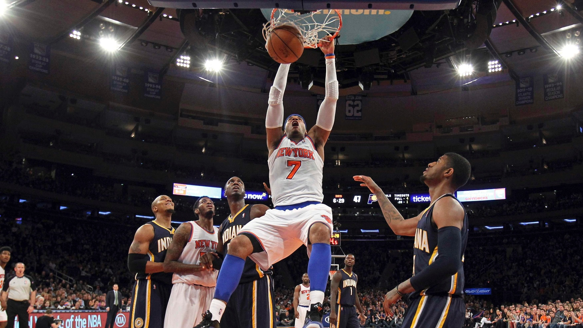 14.abr.2013 - Carmelo Anthony converte enterrada na vitória do New York Knicks sobre o Indiana Pacers