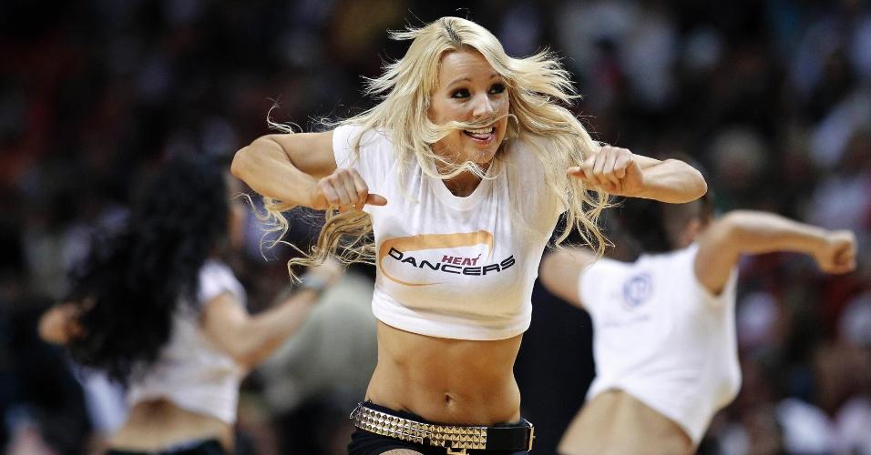 14.abr.2013 - Cheerleader do Miami Heat realiza apresentação durante a vitória sobre o Chicago Bulls