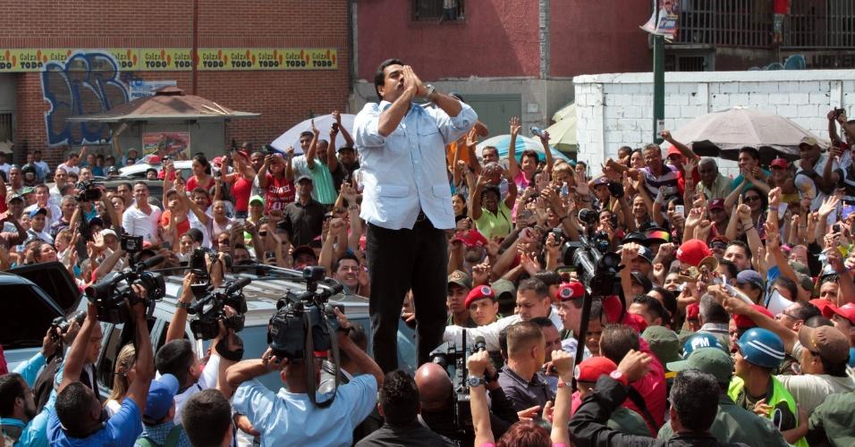 14.abr.2013 - Imagem divulgada pelo gabinete da presidência da Venezuela mostra povo ovacionando Nicolás Maduro, presidente eleito, antes de votar em distrito eleitoral na cidade de Caracas neste domingo (14). Maduro derrotou Henrique Capriles, candidato da oposição que no ano passado também tinha perdido para Hugo Chávez
