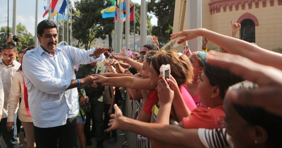 14.abr.2013 - Imagem divulgada pelo gabinete da presidência mostra povo cumprimentando Nicolás Maduro, presidente eleito, antes de votar em distrito eleitoral na cidade de Caracas neste domingo (14). Maduro derrotou Henrique Capriles, candidato da oposição que no ano passado também tinha perdido para Hugo Chávez