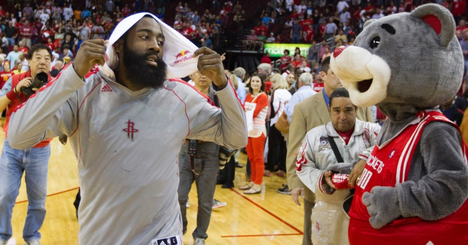 14.abr.2013 - James Harden é observado pelo mascote do Houston Rockets na vitória sobre o Sacramento Kings por 121 a 100