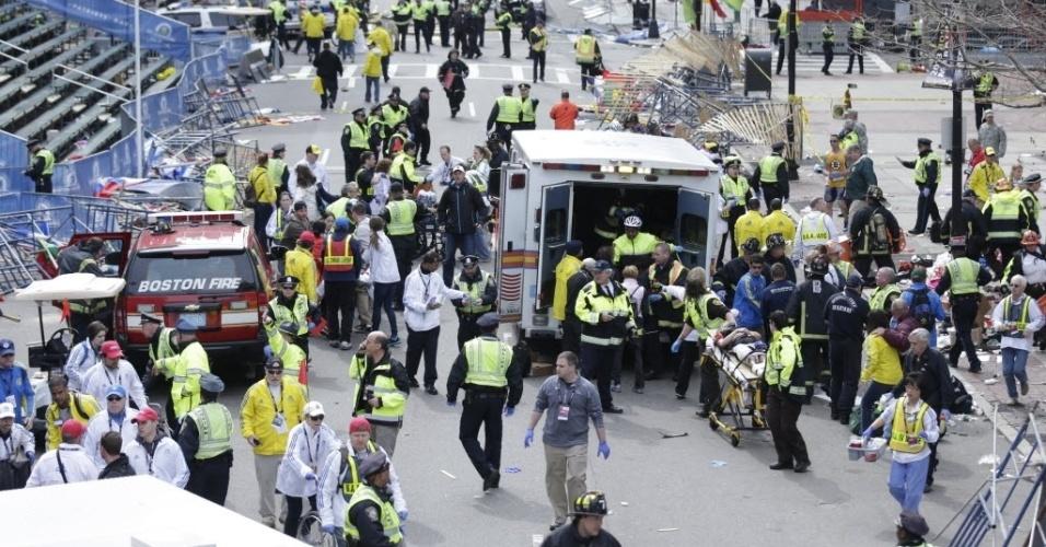 15.abr.2013 - Ambulância e médicos prestam atendimento a feridos após explosão na Maratona de Boston