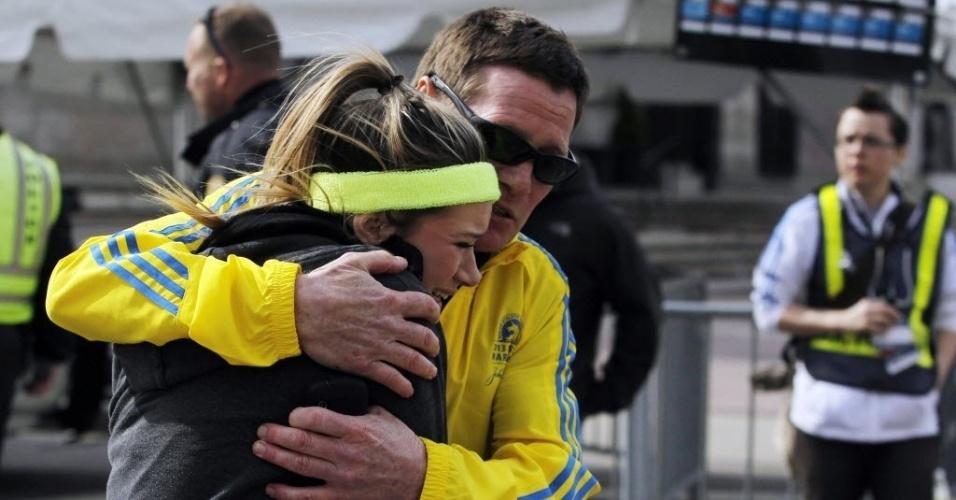 15.abr.2013 - Chorando, corredora é amparada por homem após duas explosões na Maratona de Boston