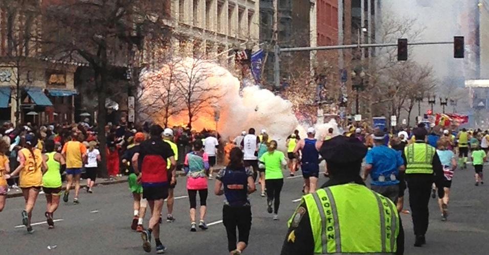 15.abr.2013 - Competidores da Maratona de Boston no momento de uma das explosões na linha de chegada da prova