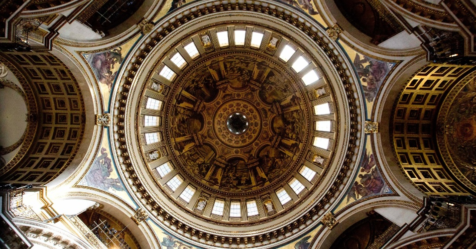 15.abr.2013 - Domo da catedral de St. Paul, em Londres, visto do interior nesta segunda-feira (15). O velório da ex-primeira-ministra britânica Margaret Thatcher, que morreu em 8 de abril, será realizado na catedral na próxima quarta-feira (17)