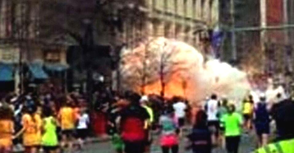 15.abr.2013 - Duas explosões ocorridas perto da linha de chegada na Maratona de Boston deixam feridos