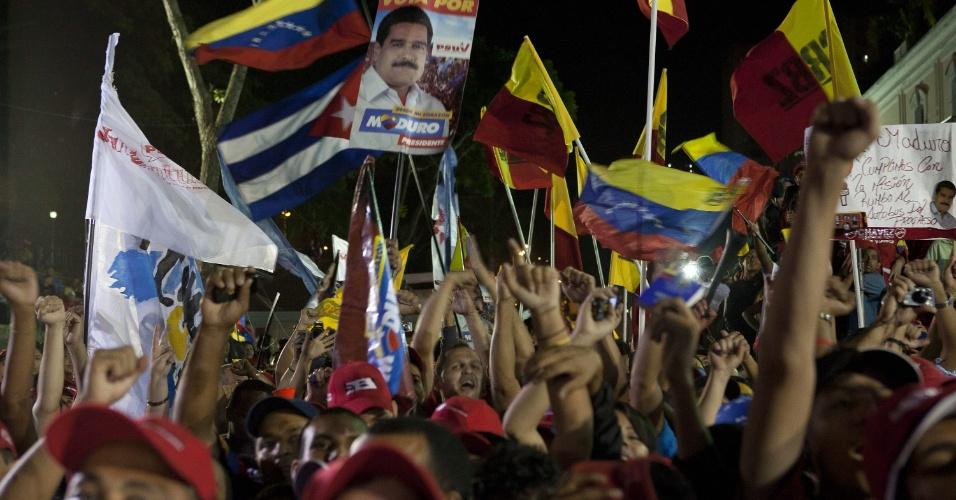 15.abr.2013 - Eleitores de Nicolás Maduro, novo presidente da Venezuela, comemoram o resultado da eleição nas ruas da capital Caracas