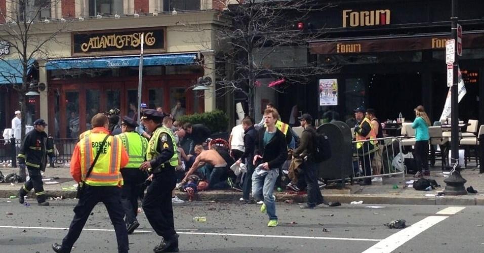 15.abr.2013 - Espectadores são socorridos após explosões na maratona de Boston, nos Estados Unidos