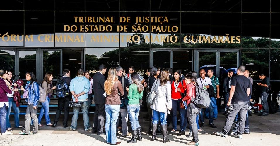 15.abr.2013 - Exterior do Fórum Criminal da Barra Funda, em São Paulo, momentos antes do início do primeiro dia de julgamento dos 26 policiais militares acusados de envolvimento no Massacre do Carandiru, na manhã desta segunda-feira (15). Na semana passada, os trabalhos foram suspensos após uma das juradas passar mal. O maior massacre do sistema penitenciário brasileiro ocorreu no dia 2 de outubro de 1992, quando 111 detentos foram mortos e 87 ficaram feridos durante uma invasão policial