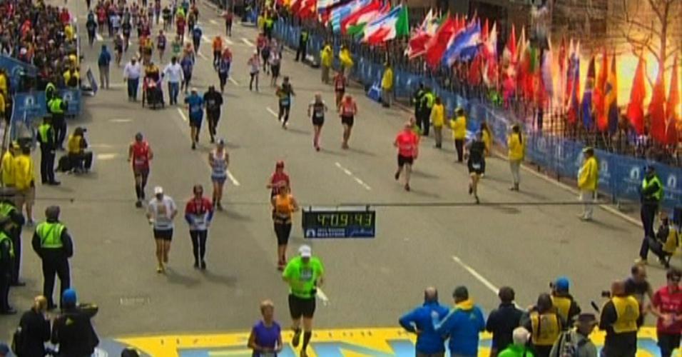 15.abr.2013 - Imagem da rede de televisão americana NBC captou o momento da explosão, que ocorreu horas após o vencedor da Maratona de Boston, Lelisa Desisa, completar a prova