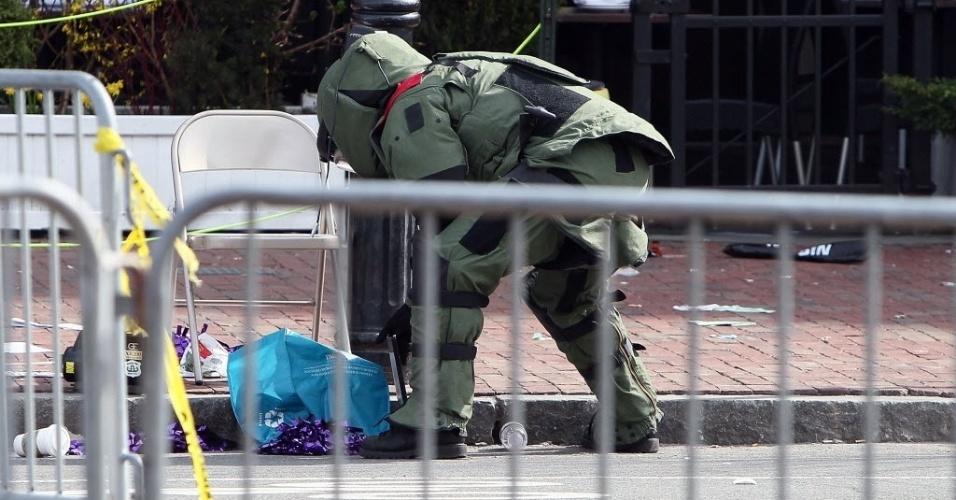 15.abr.2013 - Membro do esquadrão antibombas dos Estados Unidos investiga objeto suspeito de ser uma bomba após explosões na Maratona de Boston