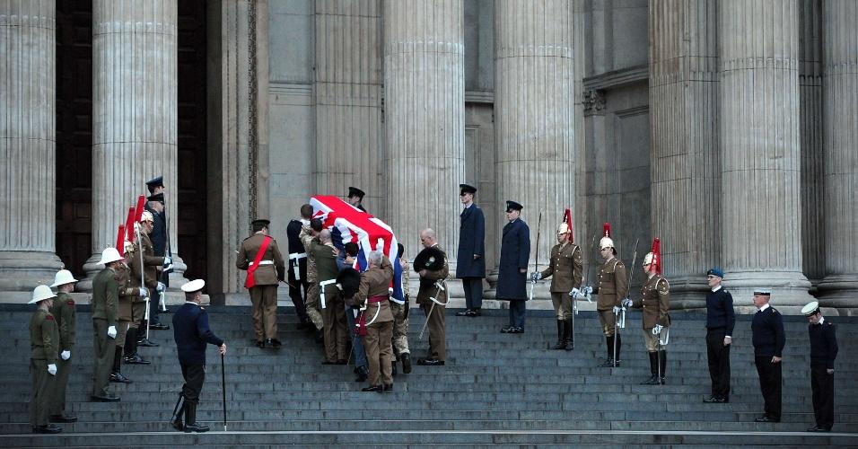 15.abr.2013 - Militares britânicos levam caixão à Catedral de St. Paul, em Londres, durante ensaio do funeral da ex-primeira-ministra Margaret Thatcher, nesta segunda-feira (15). Thatcher morreu dia 8 de abril, aos 87 anos