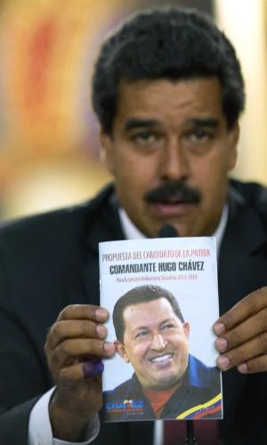 15.abr.2013 - Nicolás Maduro é proclamado presidente da Venezuela pelo CNE (Conselho Nacional Eleitoral da Venezuela), o que confirma o resultado das eleições do último domingo (14). Após vencer por uma diferença de 240 mil votos, Maduro enfrentou acusações do candidato de oposição, Henrique Capriles, de que teria havido fraude no processo eleitoral