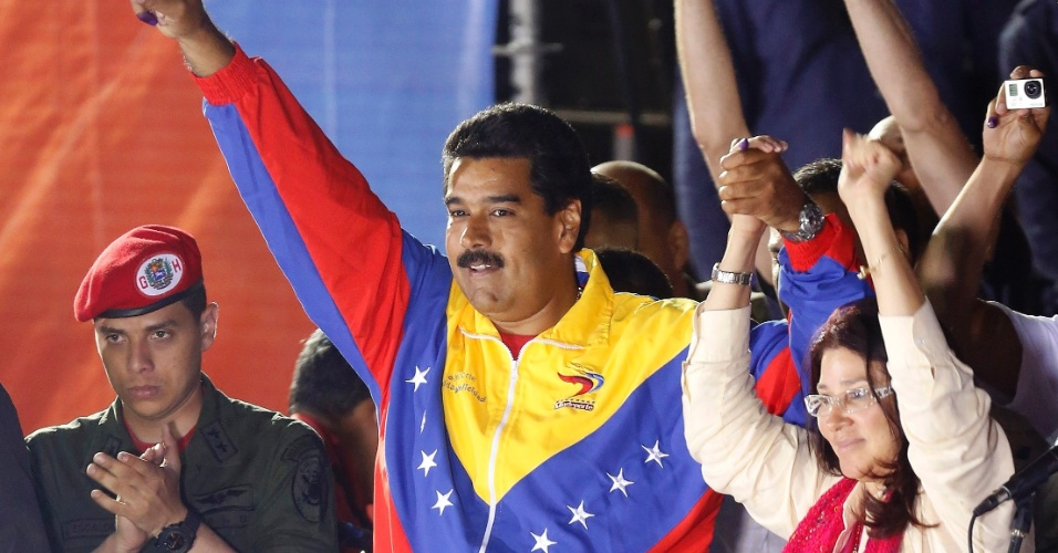 15.abr.2013 - O chavista Nicolás Maduro, eleito presidente da Venezuela após derrotar Henrique Capriles, comemora a vitória na disputa ao lado de sua mulher Cilia Flores, no centro de Caracas. Maduro será o sucessor de Hugo Chávez, morto há pouco mais de um mês