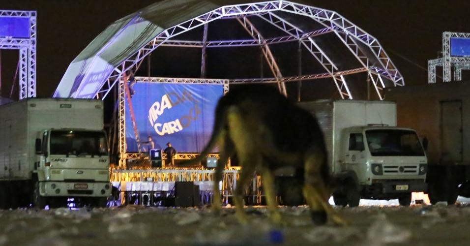 A praça dos Juras, em Bangu, na zona oeste do Rio de Janeiro, amanheceu com lixo acumulado nesta segunda-feira (15). O local recebeu no fim de semana um