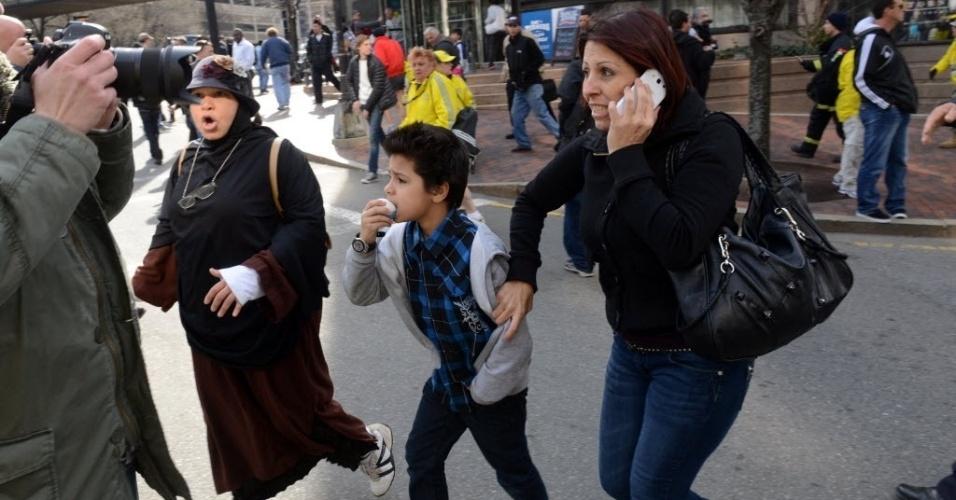 15.abr.2013 - Pessoas correm desesperadas pelas ruas de Boston próximas ao local onde houve duas explosões durante a Maratona