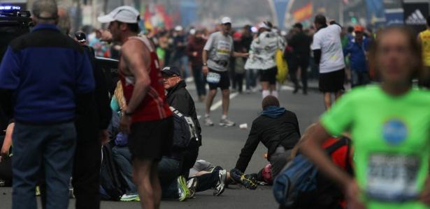 Vítimas são atendidas após explosão na linha de chegada da Maratona de Boston