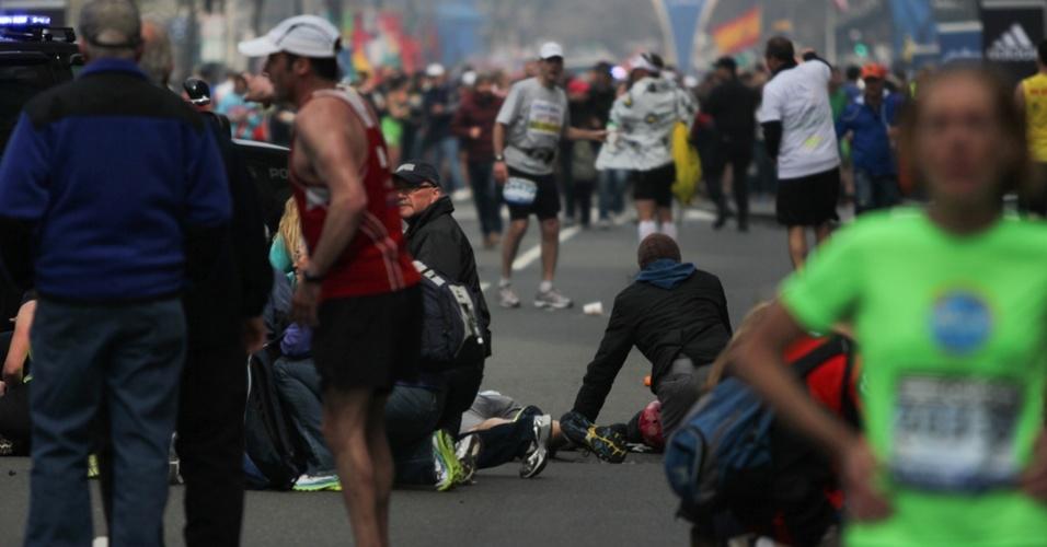15.abr.2013 - Vítimas são atendidas após explosão na linha de chegada da Maratona de Boston