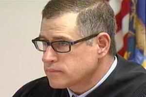 Raymond Voet aplicou uma multa de US$ 25 (cerca de R$ 49) a si mesmo depois de seu celular tocar durante um julgamento que presidia