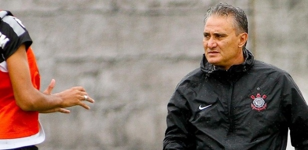Tite observa o treinamento do Corinthians, no CT Joaquim Grava