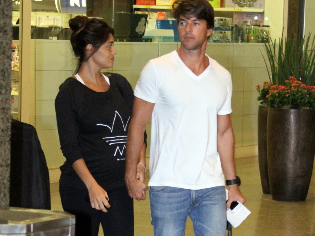 15.abr.2013 - Grvida, Juliana Paes vai s compras com o marido no shopping Rio Design Barra, no Rio de Janeiro