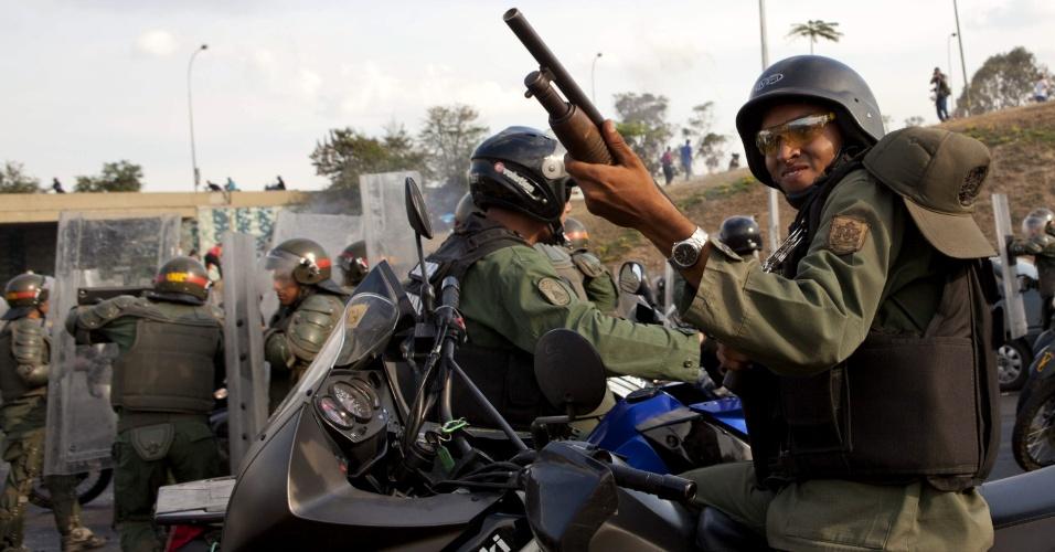 15.abr.2013 - Membros da Guarda Nacional enfrentam opositores que protestam contra a eleição da Nicolás Maduro, em Caracas (Venezuela)