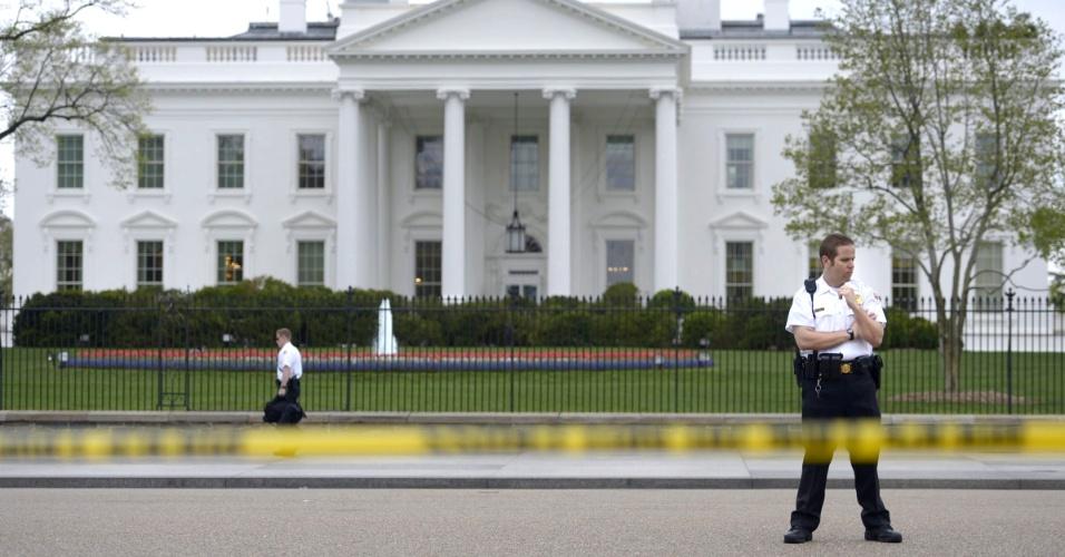 15.abr.2013 - Oficial do Serviço Secreto norte-americano guarda a avenida Pensilvânia, diante da Casa Branca, em Washington. Devido às explosões em Boston, o Serviço Secreto aumentos as medidas de segurança ao redor da sede do governo dos EUA
