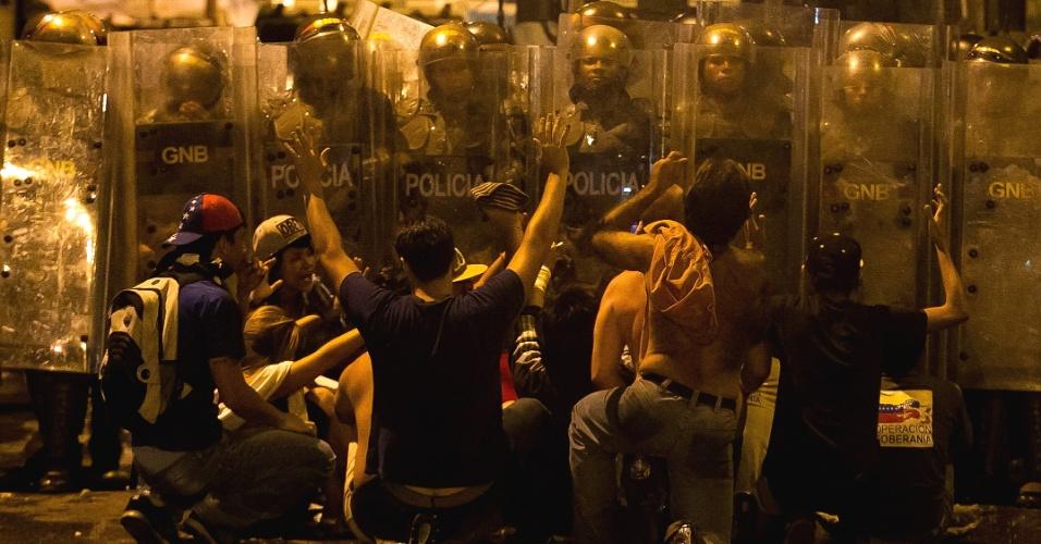 15.abr.2013 - Opositores protestam contra a eleição da Nicolás Maduro, em Caracas (Venezuela)