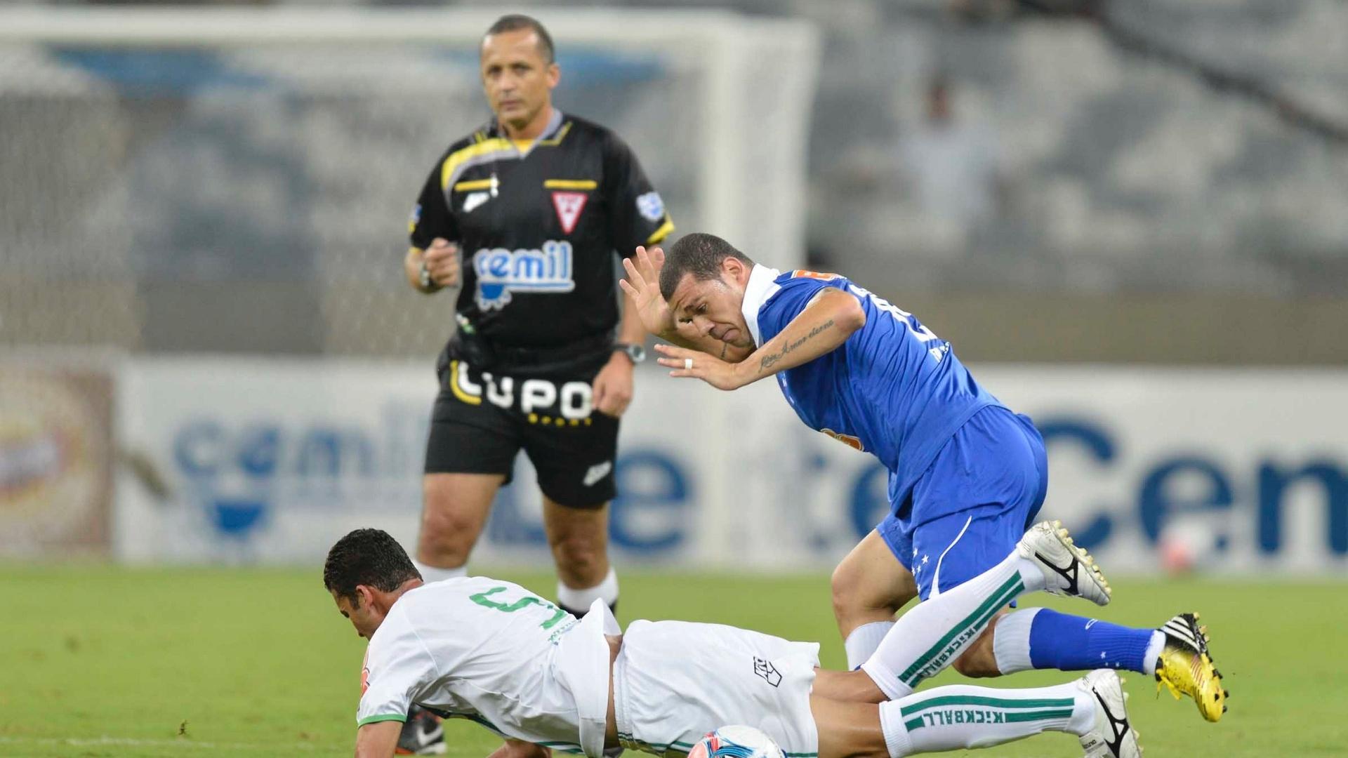 16/04/2013 - Volante Nilton durante o jogo em que o Cruzeiro goleou o Nascional, por 5 a 0