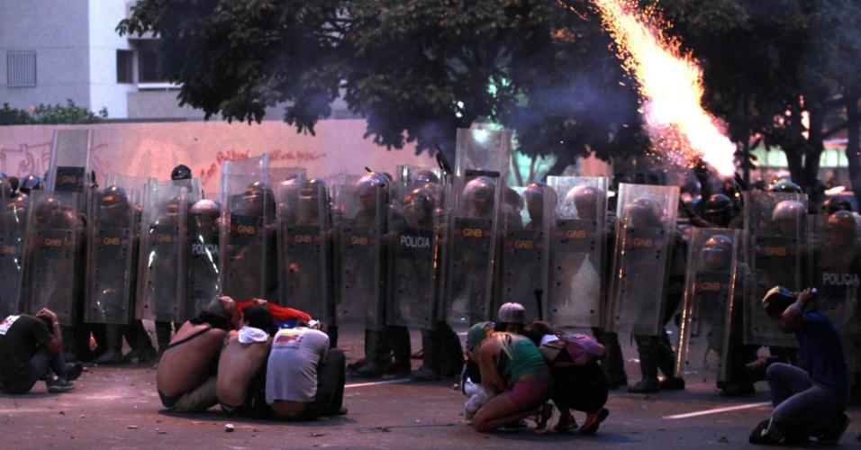 """16.abr.2013 - A polícia da Venezuela entrou em confronto com manifestantes apoiadores do candidato derrotado nas eleições presidenciais Henrique Capriles em Altamira, bairro luxuoso de Caracas, nesta segunda-feira (15). Os manifestantes gritavam slogans como """"fraude"""" e """"recontagem"""", em referência à exigência da oposição de que uma auditoria seja feita nos resultados das eleições presidenciais"""