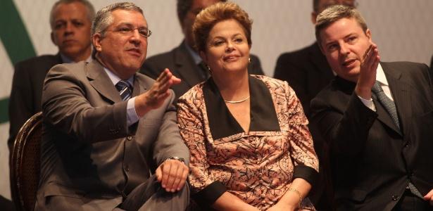 A presidente Dilma Rousseff, entre o ministro da Saúde Alexandre Padilha (à esquerda) e o governador de Minas Gerais, Antônio Anastasia