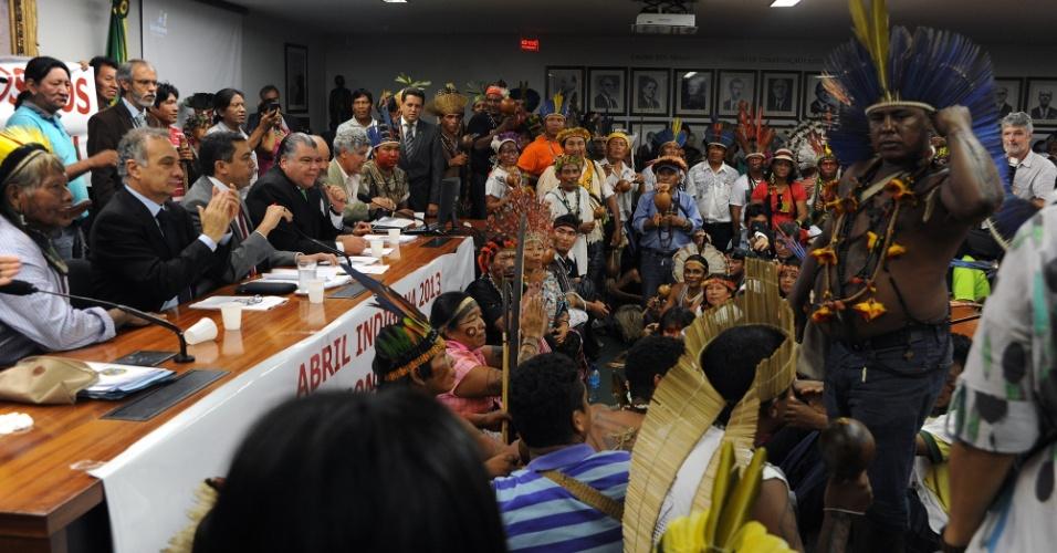 16.abr.2013 - A sessão ordinária da Câmara dos Deputados teve de ser encerrada por causa do protesto de índios contra a PEC (Proposta de Emenda Constitucional) que muda regras para demarcação de terras no Brasil. A proposta 215/00 transfere do poder Executivo para o Legislativo a decisão final sobre a demarcação de terras indígenas no país