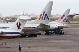 Aeronaves da American Airlines aguardam na pista do aeroporto de La Guardia, em Nova York (EUA)