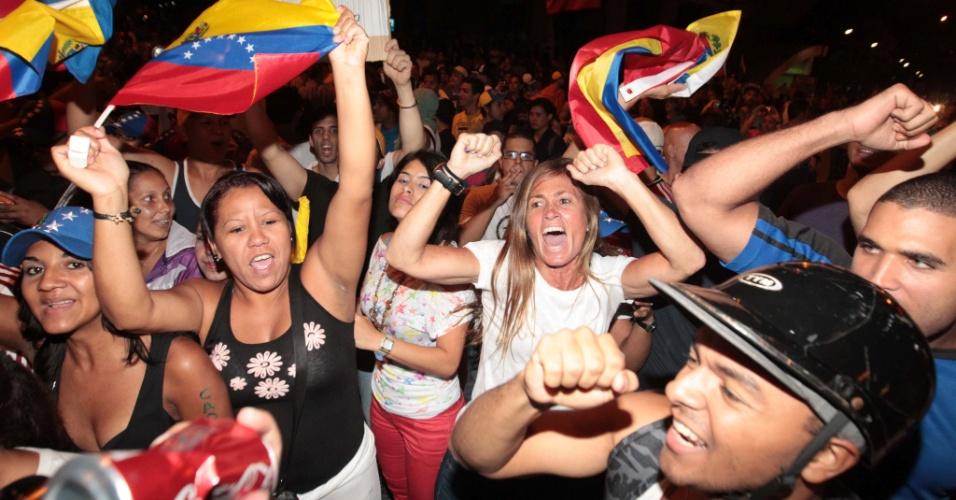 """16.abr.2013 - Apoiadores do candidato derrotado nas eleições presidenciais venezuelanas Henrique Capriles fazem panelaço em Altamira, bairro luxuoso de Caracas, nesta segunda-feira (15). Os manifestantes gritavam slogans como """"fraude"""" e """"recontagem"""", em referência à exigência da oposição de que uma auditoria seja feita nos resultados das eleições presidenciais"""