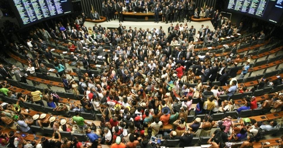16.abr.2013 - Cerca de cem índios invadiram na tarde desta terça-feira (16) o plenário da Câmara dos Deputados, em Brasília. A manifestação provocou a suspensão da sessão que discutia a votação de uma medida provisória. A ação dos índios surpreendeu os deputados