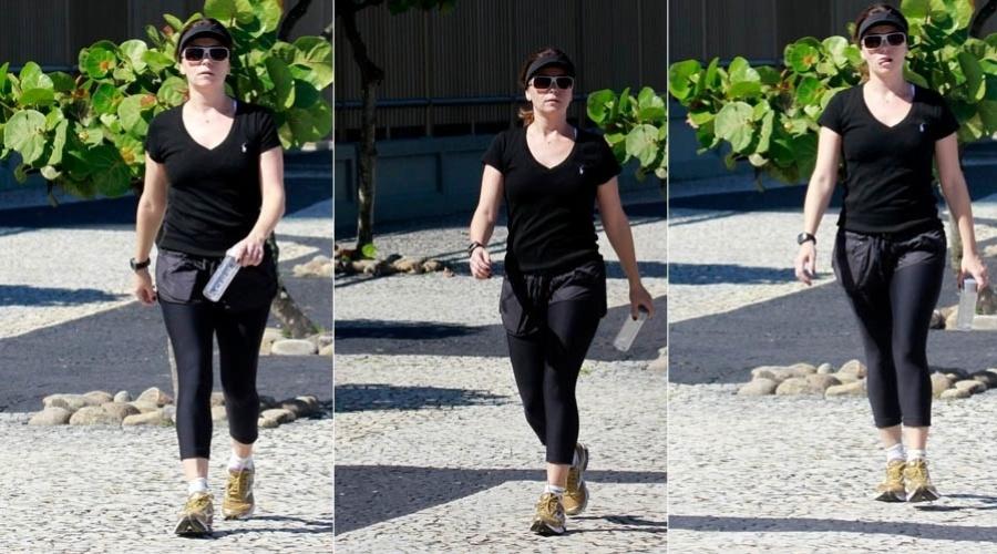 16.abr.2013 - Com roupa de ginástica, Giovanna Antonelli caminha na zona oeste do Rio