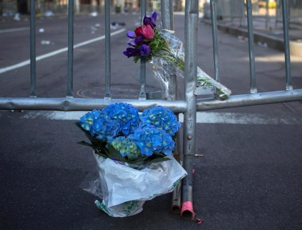 16.abr.2013 - Flores são deixadas nesta terça-feira (16) na grade que bloqueia a Boylston Street, perto da linha de chegada da Maratona de Boston, em Boston (EUA), onde duas explosões de bombas deixaram três pessoas mortas e 130 feridas