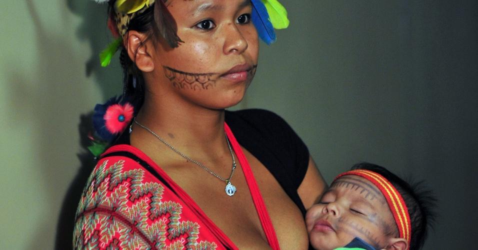 16.abr.2013 - Índia levou bebê para manifestação contra a PEC (Proposta de Emenda Constitucional) 215/00, que transfere do Executivo para o Legislativo a competência pela demarcação de terras ocupadas tradicionalmente por povos indígenas