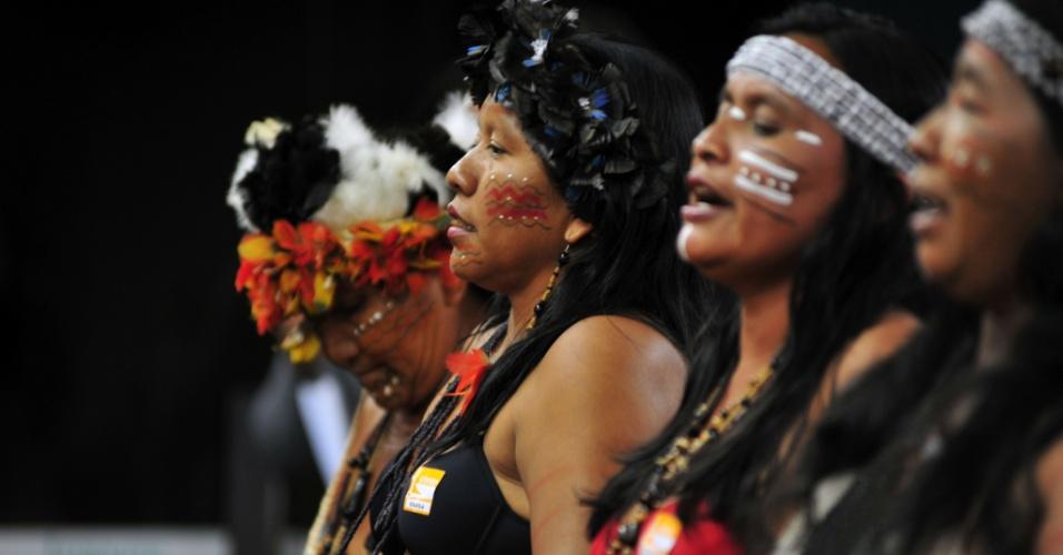 16.abr.2013 - Índias cantam e dançam na Câmara dos Deputados, em Brasília, onde membros de diversas etnias indígenas protestaram contra a a PEC (Proposta de Emenda Constitucional) 215/00, que transfere do Executivo para o Legislativo a competência pela demarcação de terras ocupadas tradicionalmente por povos indígenas